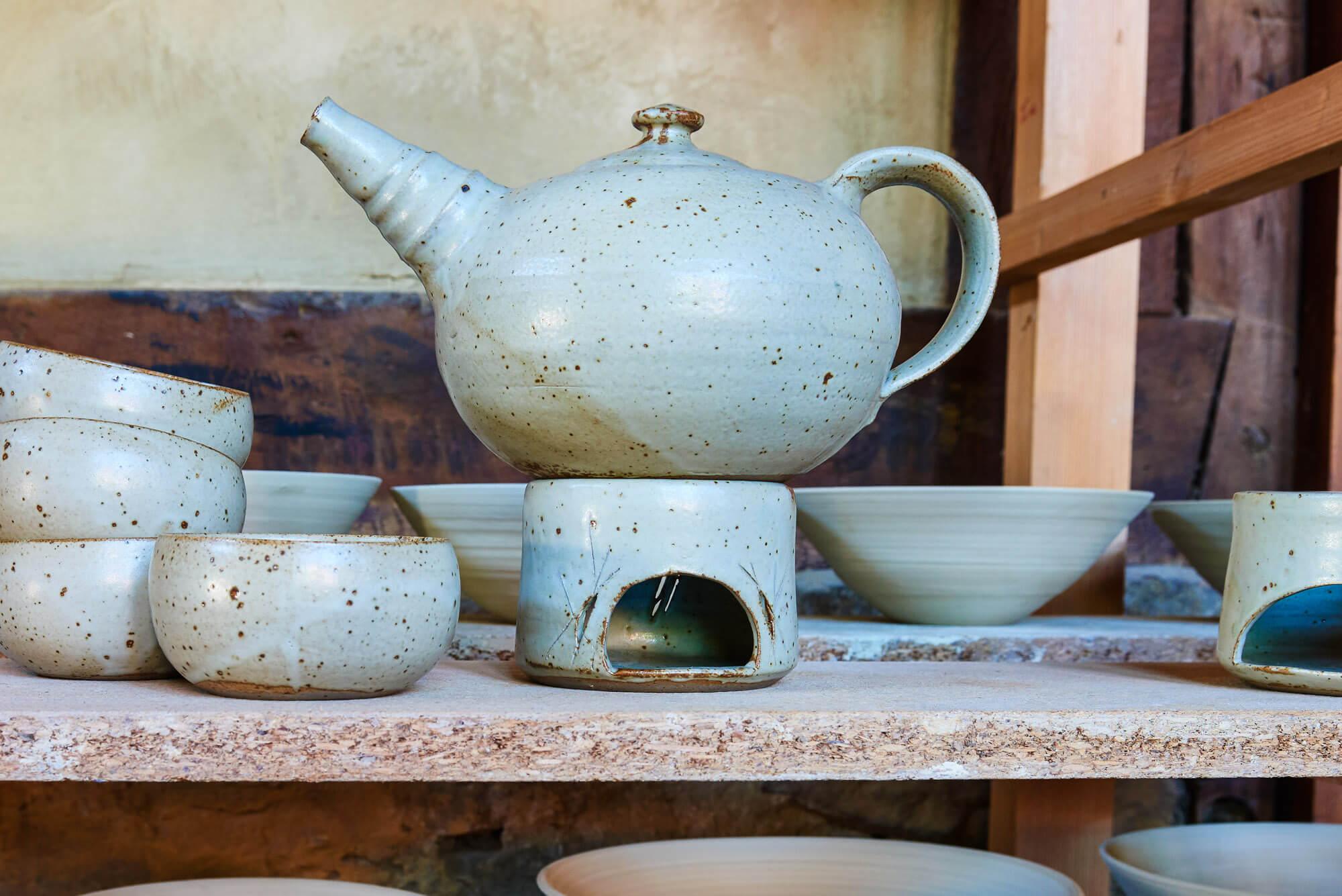 Katarina Petersilge Ton in Ton Keramik Töpferei Teekanne mit Stövchen und teeschalen getöpfert