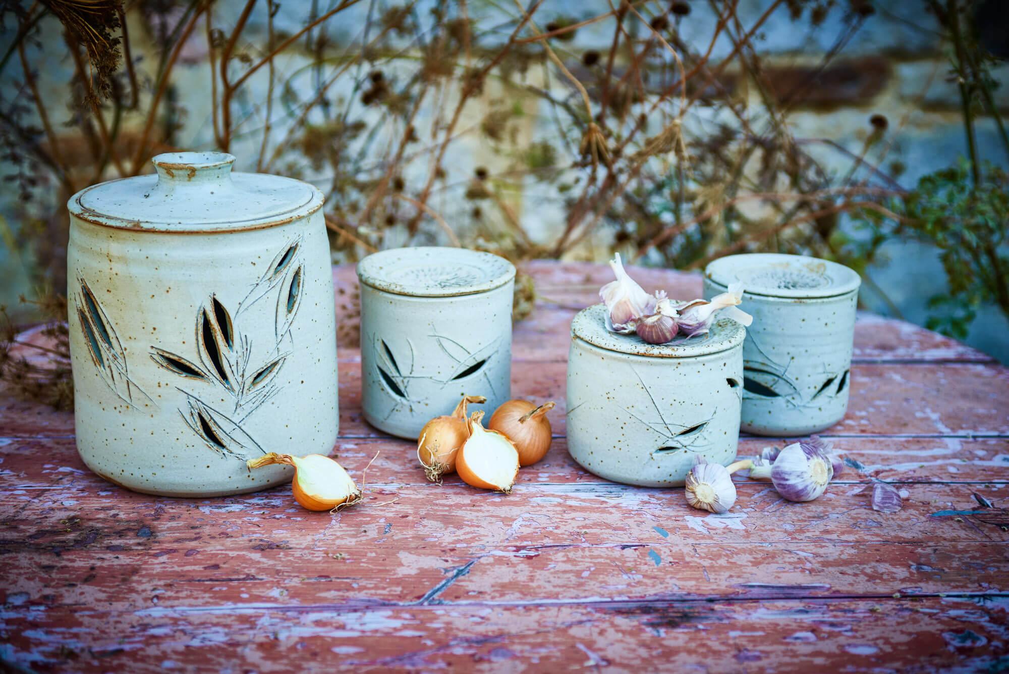 Katarina Petersilge Ton in Ton Keramik Töpferei Vorratsdosen für Knoblauch und Zwiebeln getöpfert