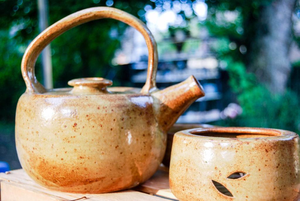 Katarina Petersilge Ton in Ton Keramik handgemacht faire Keramik Teekannen dunkle Glasur