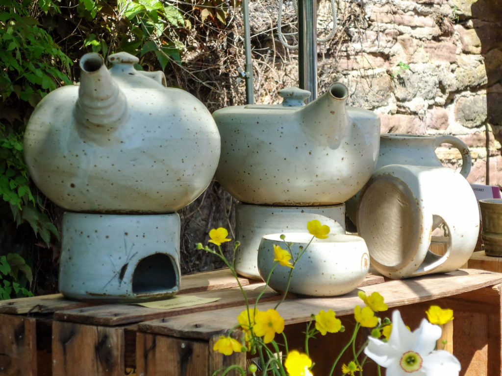 Katarina Petersilge Ton in Ton Keramik handgemacht faire Keramik Teekannen hell
